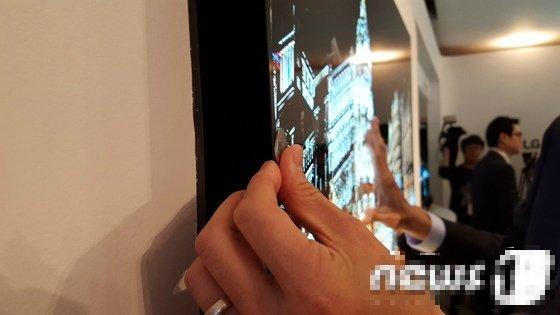 9399b5e701874a379ef1ccb9e9c245d4.jpg LG 마케팅 부 : 동전보다 얇은 디스플레이를 개발했습니다!!