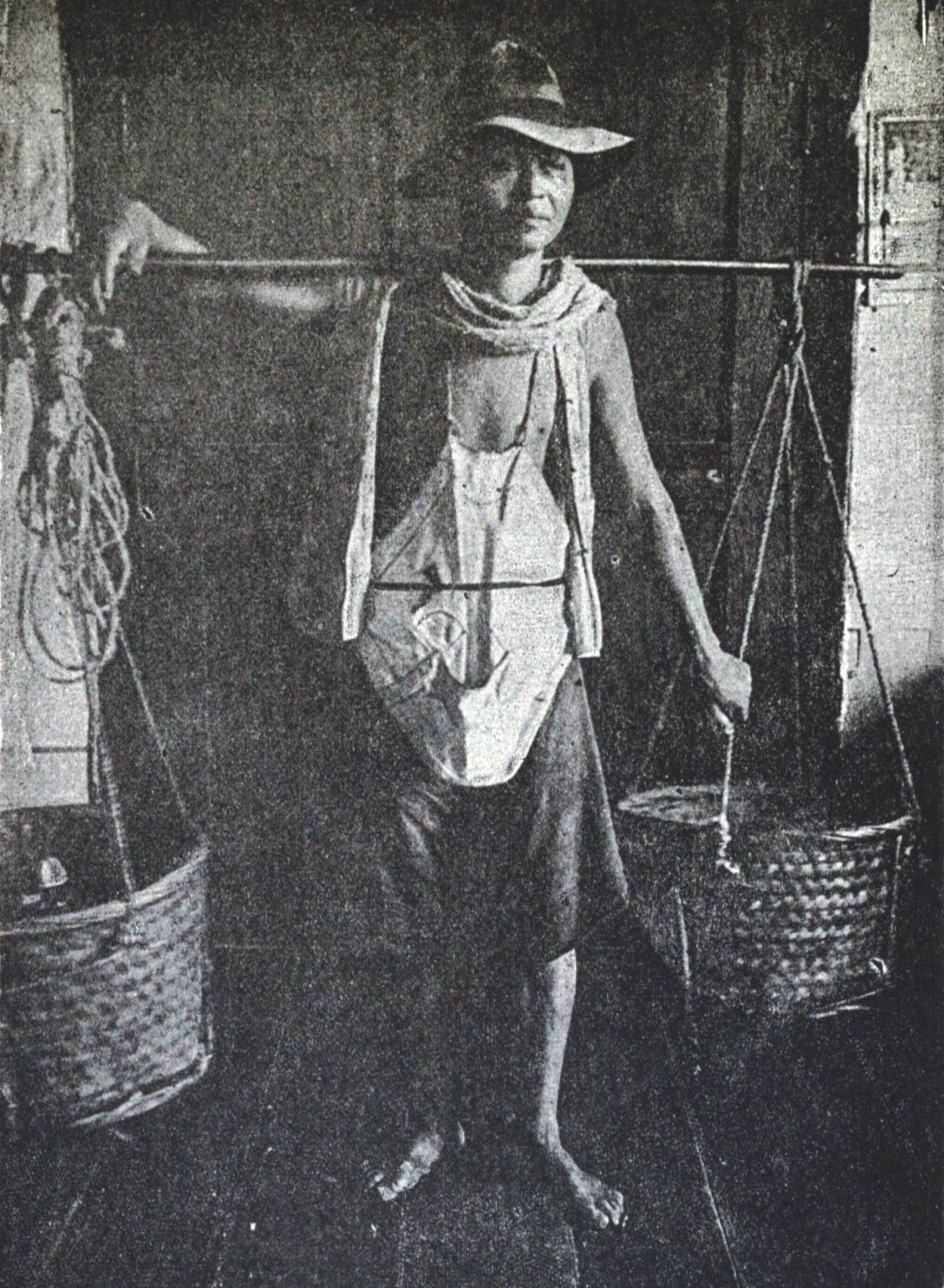 Chinese_coolie_in_the_Philippines,_1899.jpg 미국의 짱깨 외노자 쿨리.jpg