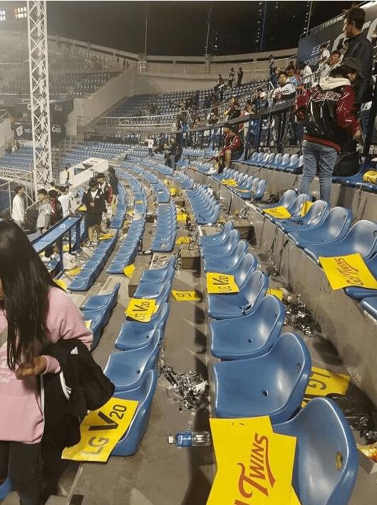 lg.PNG 어제 야구 플레이오프 끝나고 관중석 상황.jpg