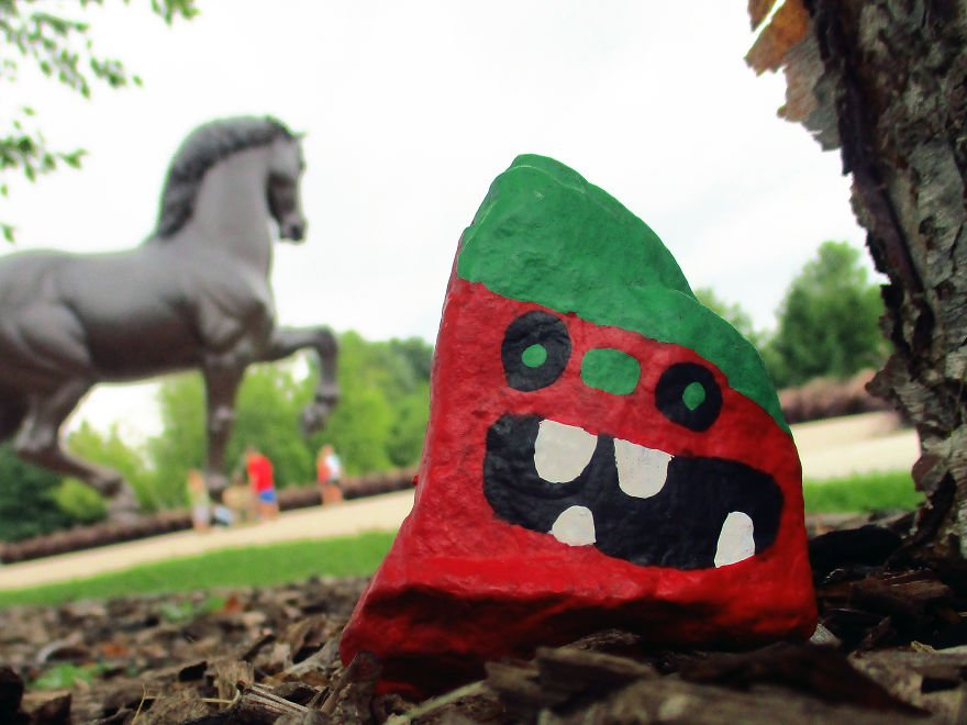 My-kids-and-I-spent-a-year-painting-over-1000-rocks-and-hid-them-for-people-to-s (9).jpg 아이들과 엄마가 만든 1000여개의 몬스터