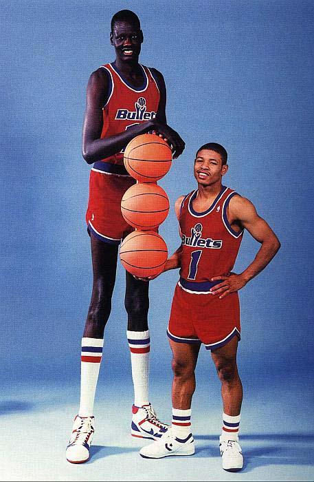 http-%2F%2Fsportige.com%2Fwp-content%2Fuploads%2F2009%2F04%2Fmanute-bol-n-muggsy-bogues.jpg NBA에서 가장 큰 선수와 가장 작은 선수