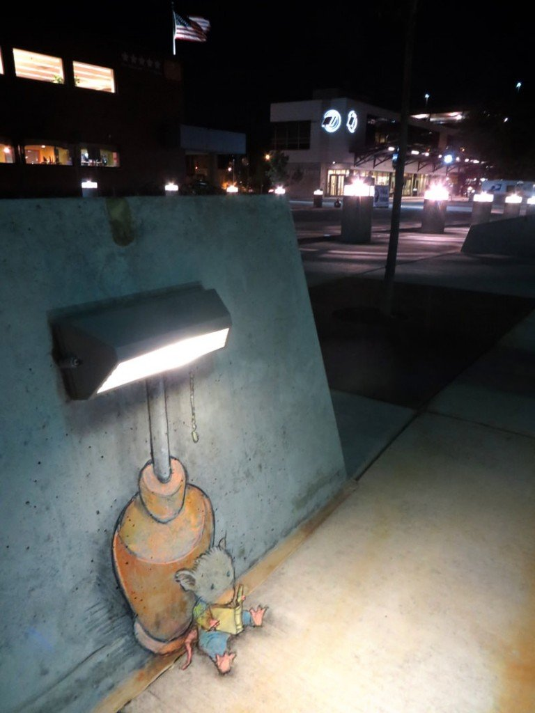 Mouse-reading-a-book-under-a-street-light-in-trompe-loeil-chalk-street-at-by-David-Zinn-768x1024.jpg