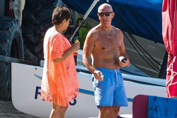 PAY-EXCLUSIVE-West-Broms-manager-Tony-Pulis-is-spotted-on-the-beach-in-Barbados.jpg [미러] \'지금 휴가갈 때냐?\' 휴가간 퓰리스에 격분하는 WBA 팬들