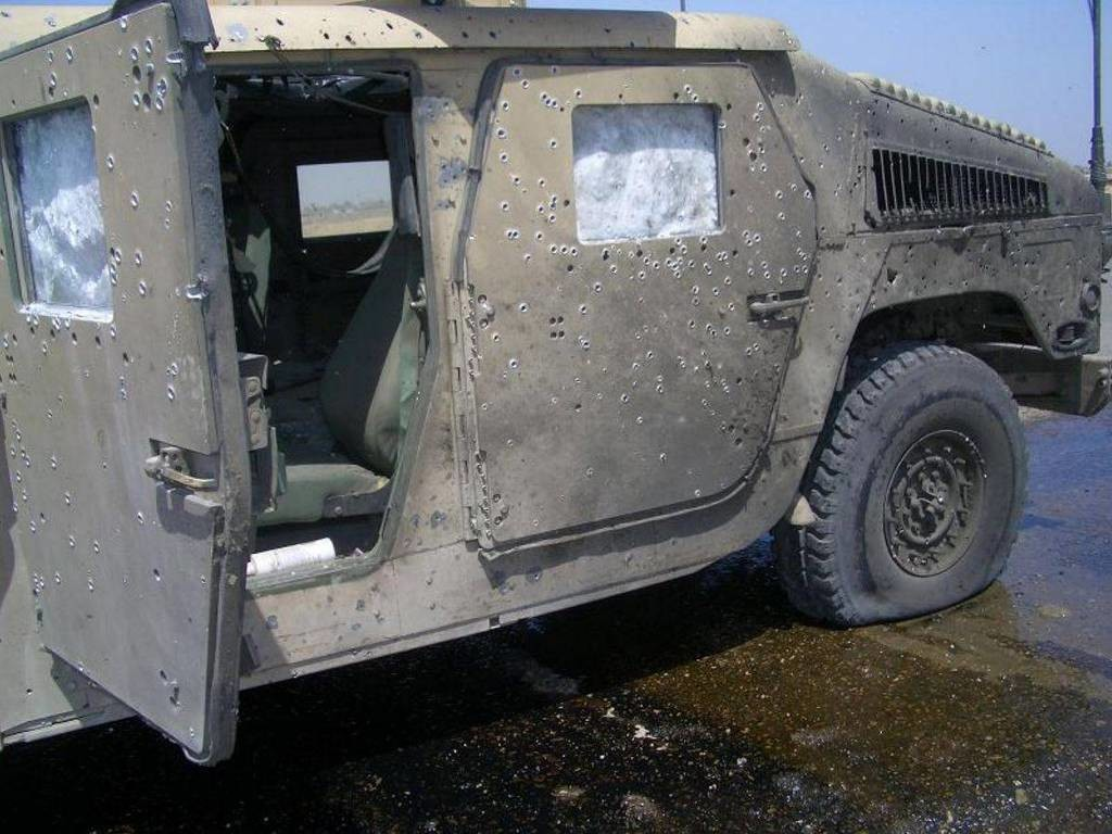 this_humvees_armor_saved_some_lives_from_a_bomb_explosion_02.jpg 미국 험비의 방어력