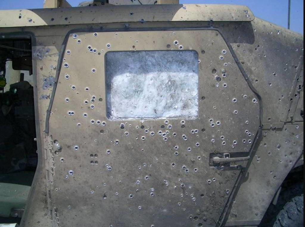 this_humvees_armor_saved_some_lives_from_a_bomb_explosion_03.jpg 미국 험비의 방어력
