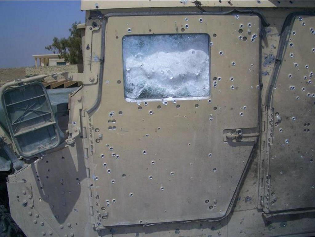 this_humvees_armor_saved_some_lives_from_a_bomb_explosion_01.jpg 미국 험비의 방어력