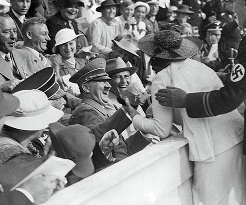 Hitler-reacts-to-kiss-from-excited-American-woman-at-the-Berlin-Olympics-1936-small.jpg 히틀러에게 달려들어 키스하는 여성.jpg
