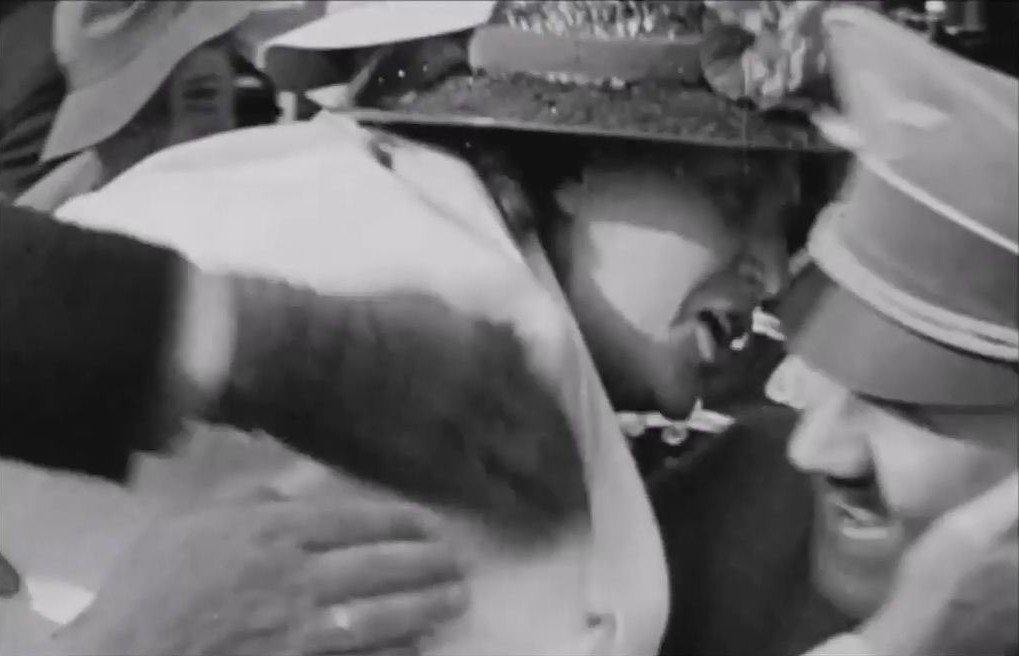 20180514_220558.jpg 히틀러에게 달려들어 키스하는 여성.jpg