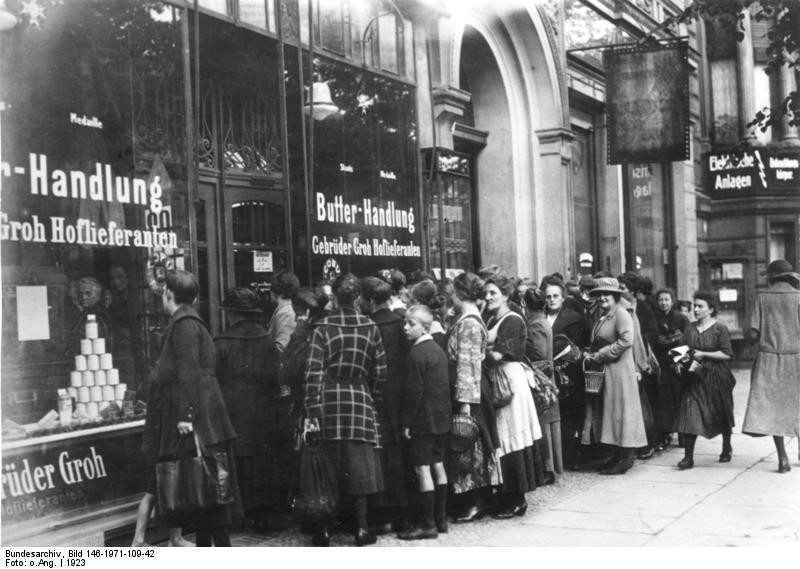 Bundesarchiv_Bild_146-1971-109-42,_Inflation,_Schlange_vor_Lebensmittelgeschäft,_Berlin.jpg 히틀러와 나치당의 정권장악 - 극단적인 사상이 사회를 삼키는 과정