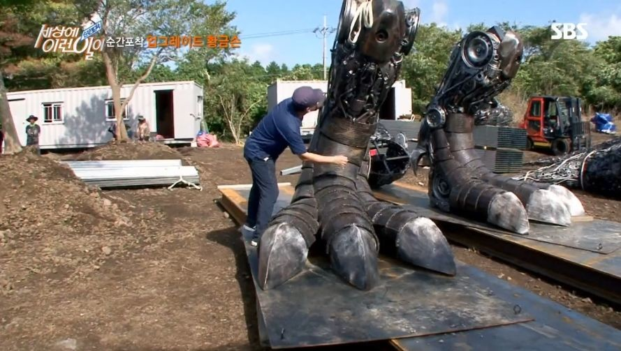 자동차20대 부품으로 만든 길이 12미터 티라노사우르스