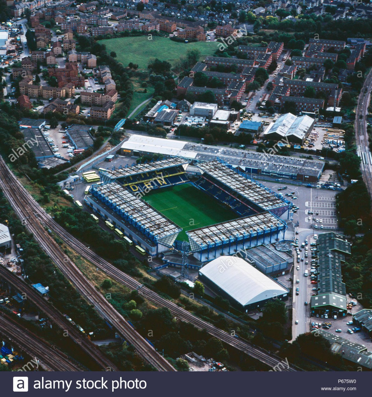 aerial-view-of-the-den-millwall-football-club-london-uk-P675W0.jpg [컨셉FM]더 레오 18화 (prologue)