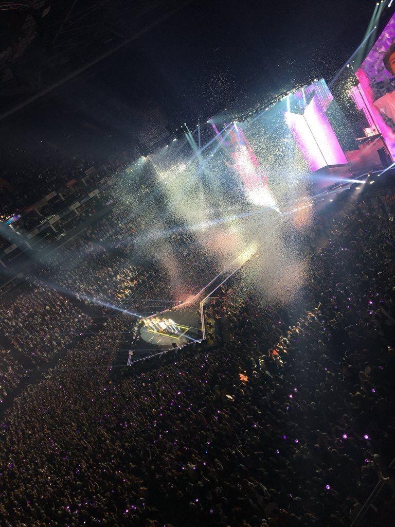 13.jpg 오늘자 방탄소년단 영국 O2 아레나 콘서트 관중석 사진.jpg
