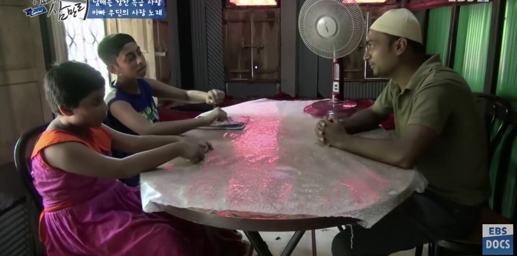 3.jpg 한국에서 일했던 삼촌한테 한국어 배우는 방글라데시 남매