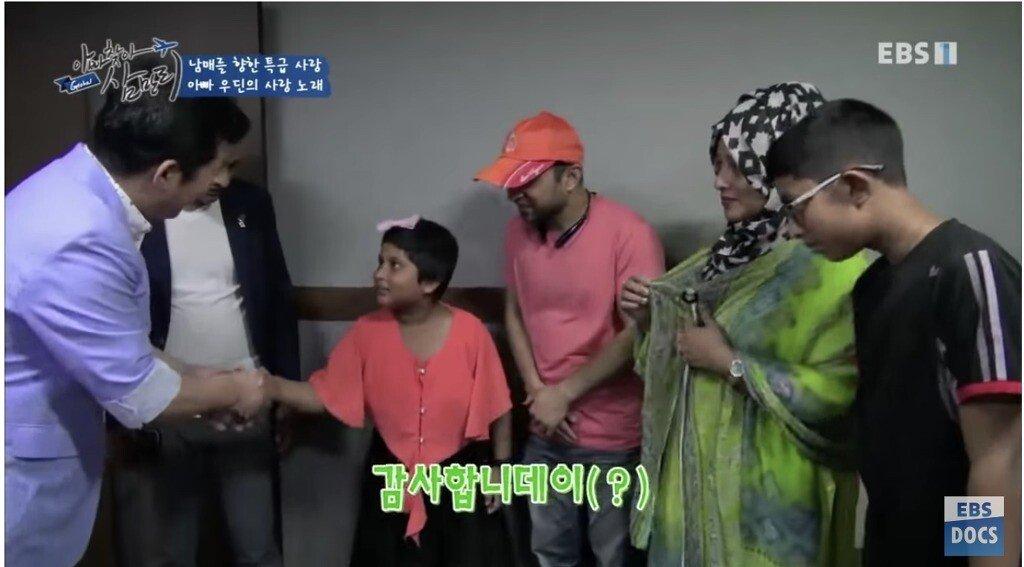 31.jpg 한국에서 일했던 삼촌한테 한국어 배우는 방글라데시 남매