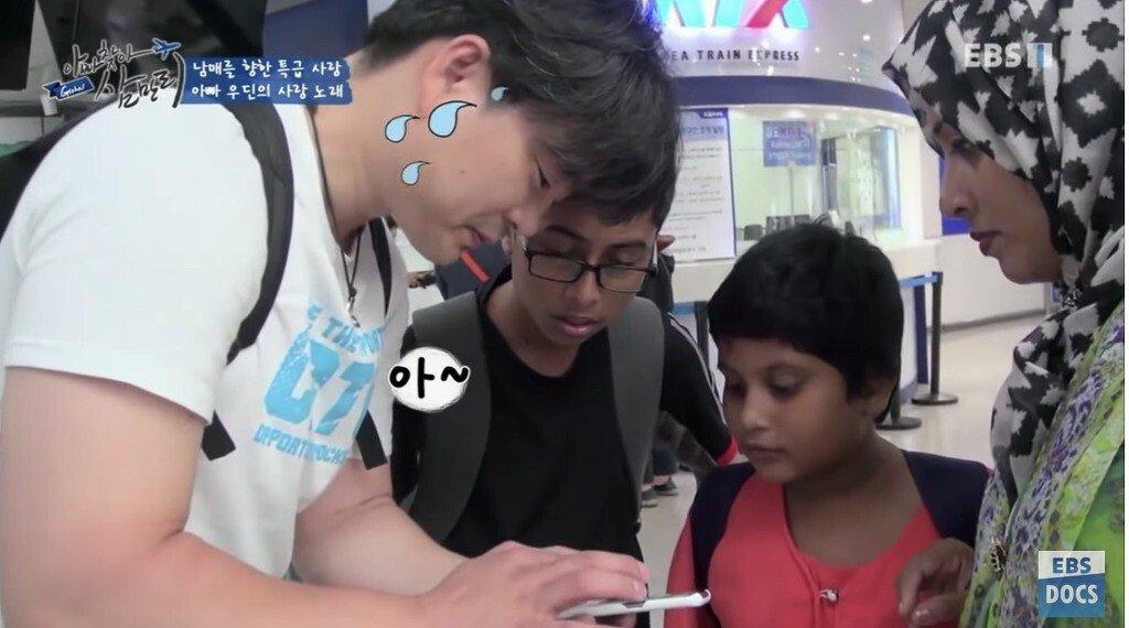 23.jpg 한국에서 일했던 삼촌한테 한국어 배우는 방글라데시 남매
