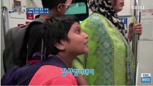 30.jpg 한국에서 일했던 삼촌한테 한국어 배우는 방글라데시 남매
