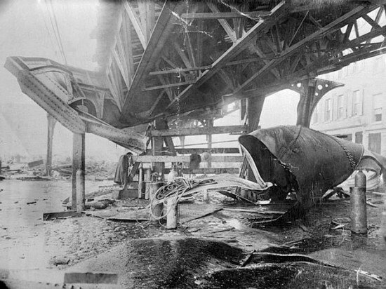 Boston_1919_molasses_disaster_-_el_train_structure.jpg 보스턴 당밀 탱크 폭발 사건