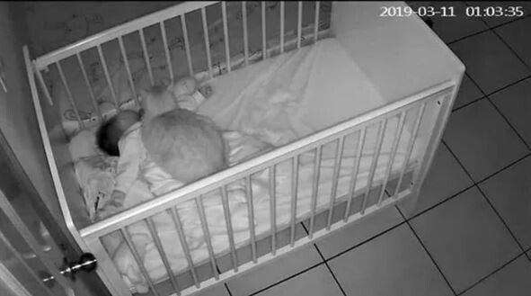 캡처.JPG 아기가 밤마다 울어서 CCTV를 설치한 부모님