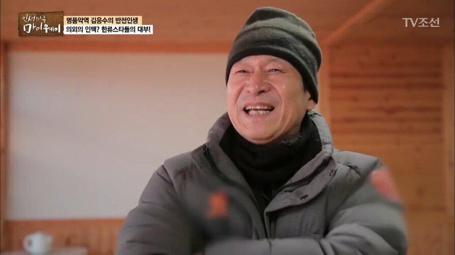 (11).jpg 김수현 팬들에게 상을 받은 곽철용.jpg
