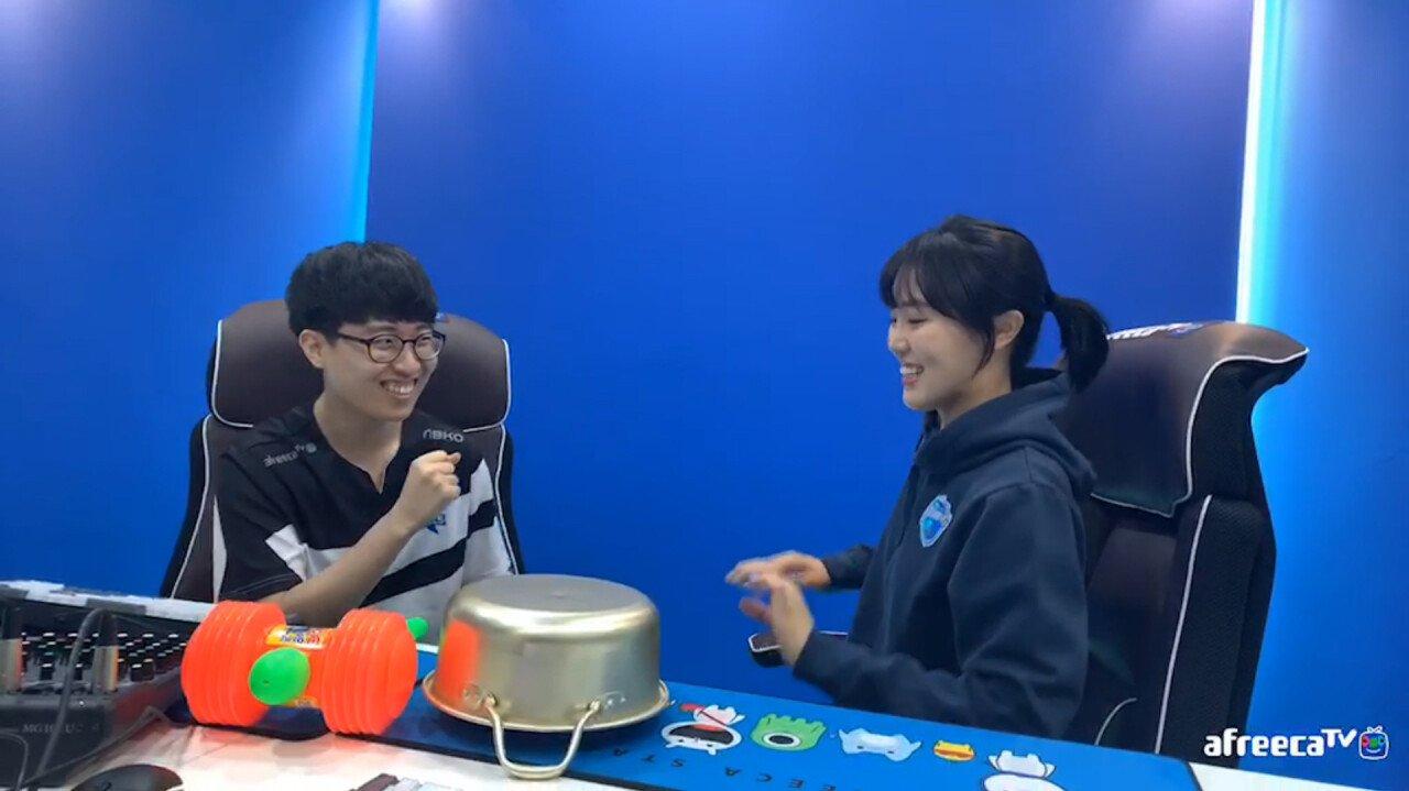 기인2.jpg 기인과 쇼트트랙 김아랑 선수 행복롤 이후.