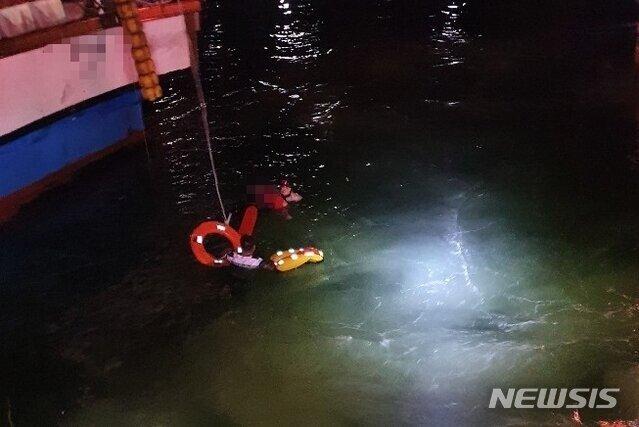 i15656493619.jpg 술먹고 새벽 바다에 빠진 여성, 구해줬더니 또 '다이빙'