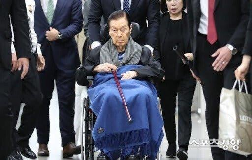 노년 신격호.jpg 롯데 창업주 신격호의 무덤
