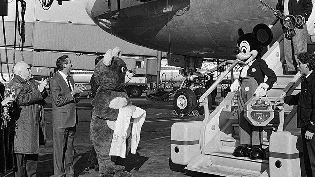 Mickey Mouse in his first official visit to USSR in the 80s.jpg 소련을 처음 방문한 미키 마우스