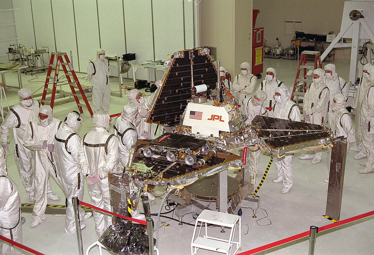 1280px-Mars_Pathfinder_Lander_preparations.jpg 인류 우주탐사의 역사(1974~현재)
