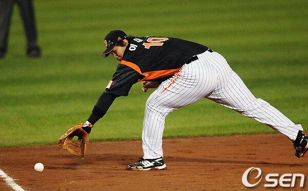 4.jpg 야구의 신.....혼자 야구하는 이대호 ㄷㄷㄷ.jpg