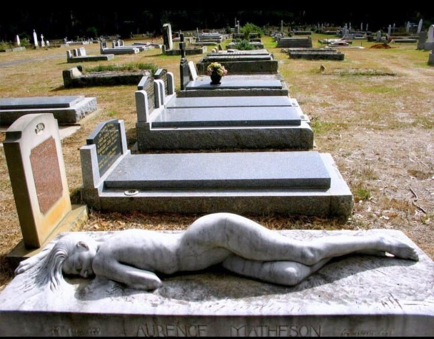 1632107913.jpg ㅇㅎ?) 죽은 남편 외롭지말라는 무덤