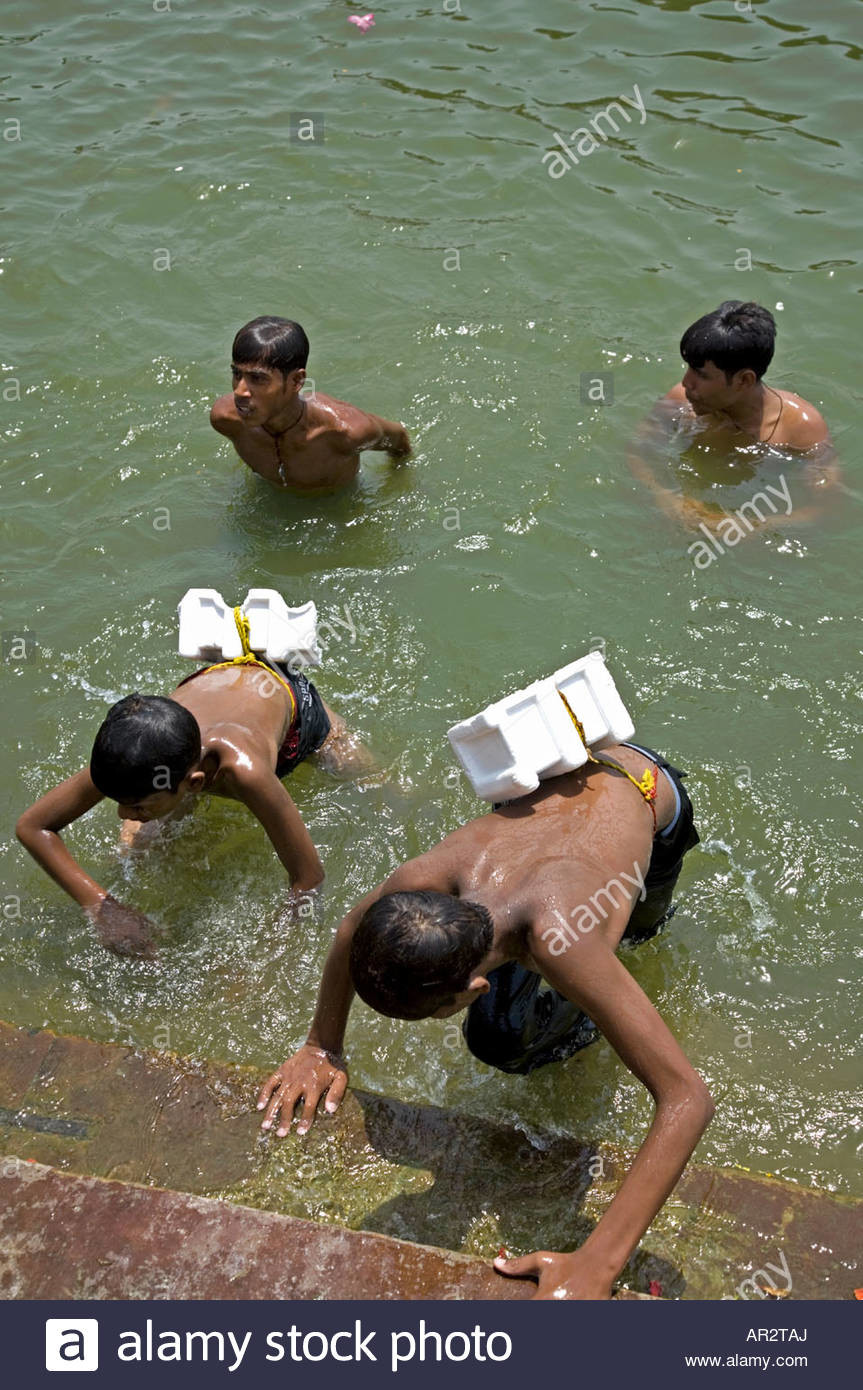 boys-swimming-with-a-peculiar-lifebelt-hanuman-ghat-ganges-river-varanasi-AR2TAJ.jpg (혐) 인도인들의 성수 겐지스 강 실태.jpg