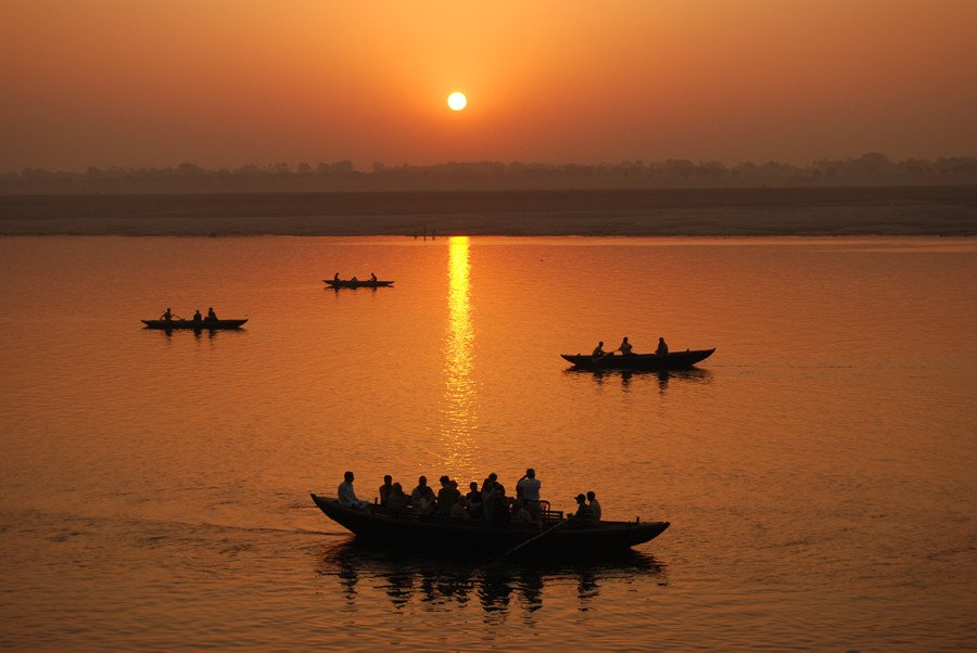 Sunrise_boat_rides_on_the_Ganges,_Varanasi.jpg (혐) 인도인들의 성수 겐지스 강 실태.jpg