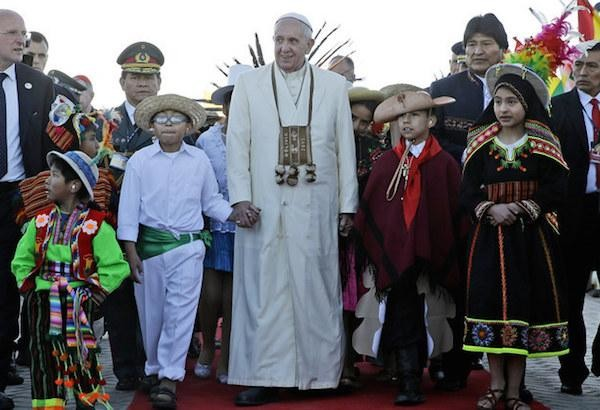 pope-bolivia-cropped-ap-gregorio_borgia.jpg 무당이 된 고향 여성 축복하는 독일 신부