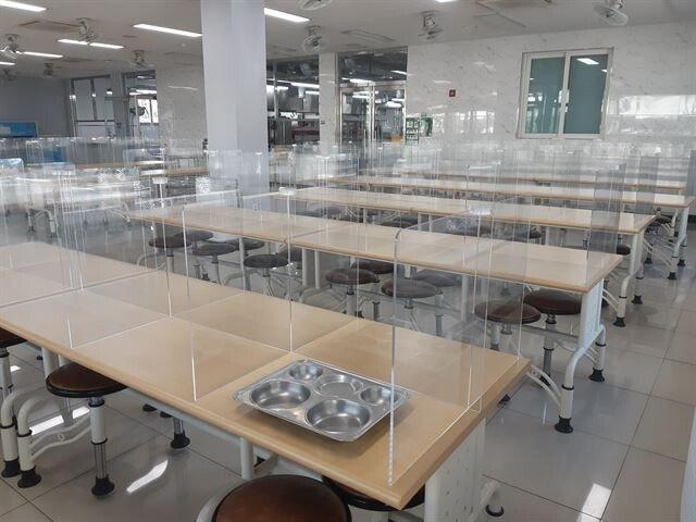 학교 급식실에 투명칸막이 등장.jpg